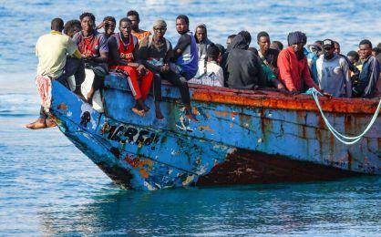 Jeudi, les garde-côtes espagnols ont pris en charge des migrants au porte d'Arguineguin, sur l'île des Grandes Canaries. REUTERS/Borja Suarez