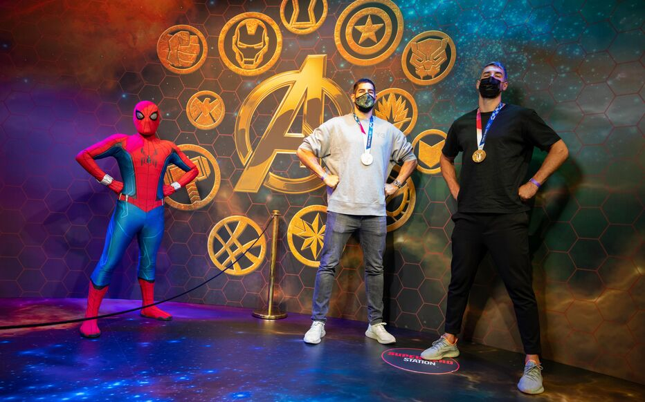 Passing through Mickey's kingdom on Tuesday, Nikola and Luka Karabatic, Olympic gold medalist around the neck, rubbed shoulders with another superhero, named Spiderman.  Disneyland Paris