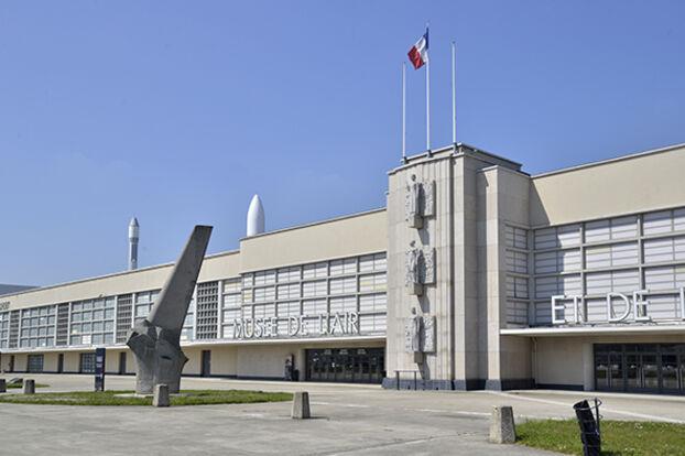 Le Musée de l'Air et de l'Espace est situé dans l'ancien terminal du Bourget (Seine-Saint-Denis).  Les réserves et ateliers sont situés de l'autre côté de l'aéroport, à Dugny.