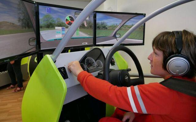 En plus des cours théoriques sur le Code de la route, les enfants peuvent se familiariser à la conduite grâce à un simulateur.