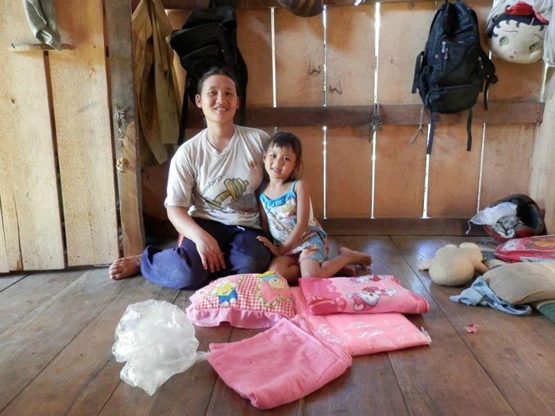Wipa et sa maman, chez elle, avec le premier colis de parrainage