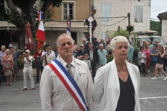Alain Lalabarde et Maryse Maury conseillère départementale devant le monument aux morts