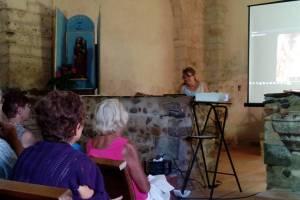 Auditoire attentif pendant la conférence de la restauratrice Jocelyne Ruchonnet
