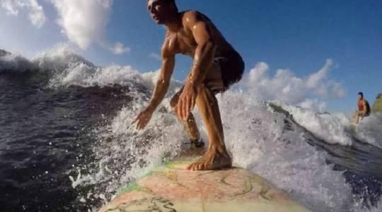 Tahiti : le surf, un sport techniquement difficile, dans un cadre paradisiaque (Crédit : PR)