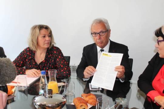 """Michel Pélieu présente les 10 raisons de voter """"Maryse Carrère"""" (Ph CB65)"""
