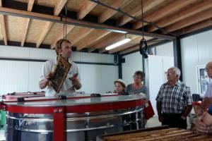 François Peyrac commente son métier devant la chaîne d'extraction de miel.