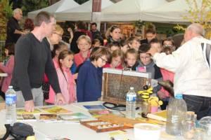 Les enfants devant le stand des abeilles