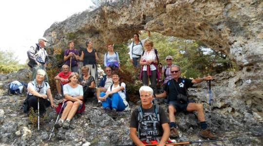 Marcheurs Auriacois sous un rocher-arche près des canelettes du Larzac