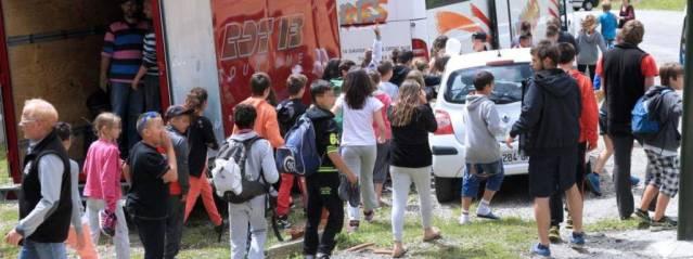 Les enfants de la colonie de vacances endeuillée quittent le chalet d'Ascou , le 10 juillet 2014.