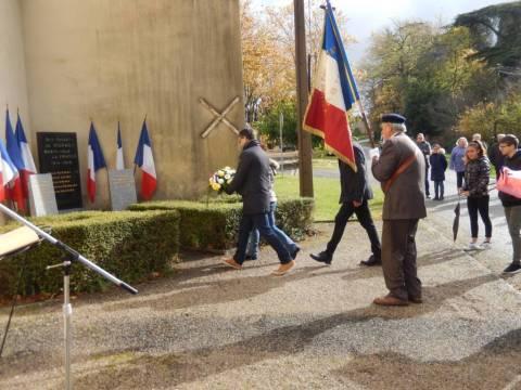 Le dépôt de gerbe devant le monument aux morts