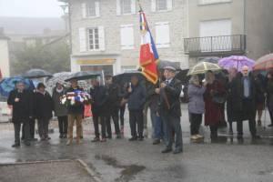 Hommage aux porte-drapeaux avec les habitants recueillis, malgré le temps pluvieux !