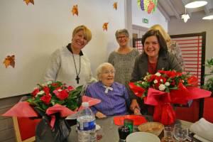 """Mathilde Marc félicitée par la maire du Soler, V. Olier, présidente des """"Lauriers Roses"""", J. Durand et F. Diaz."""