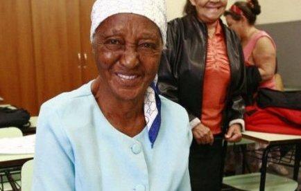 Une Brésilienne de cent ans à l'école pour apprendre à lire et écrire