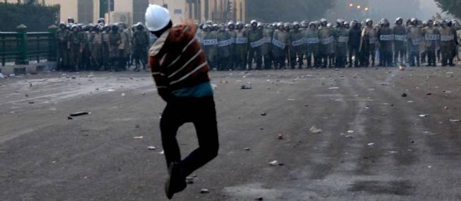 Un manifestant, samedi 17 décembre, avenue Qasr al-Eini au Caire.