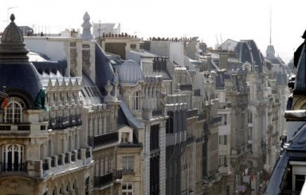 Une jeune femme et un homme ont été retrouvés morts jeudi matin dans un immeuble du centre de Paris, a-t-on appris de source proche de l'enquête.