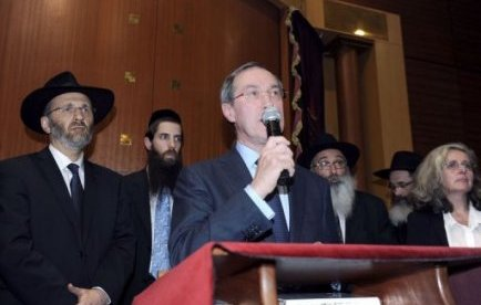 Le ministre de l'Intérieur Claude Guéant a participé lundi soir à une cérémonie en hommage aux quatre victimes juives de Mohamed Merah dans une synagogue parisienne, une semaine après la tuerie de Toulouse.