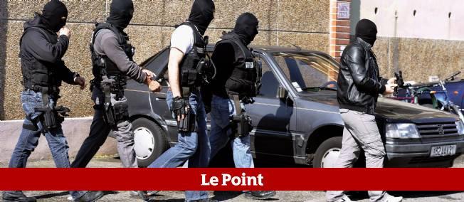 Des policiers sortent de l'appartement de Mohamed Merah à Toulouse, le 23 mars 2012.