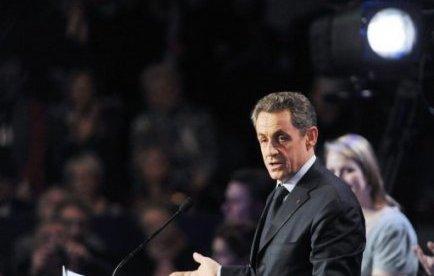 """Le premier tour de la présidentielle a sacré Marine Le Pen """"faiseur de roi"""", souligne la presse mardi, estimant que Nicolas Sarkozy fait un """"pari risqué"""" en espérant vaincre François Hollande en chassant les voix du Front national au risque d'effaroucher les centristes."""