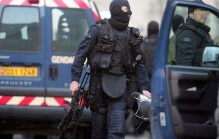 """L'homme de 62 ans arrêté mercredi matin après s'être retranché dans une maison du Puy-de-Dôme et avoir tiré sur un gendarme a été mis en examen et écroué jeudi soir pour """"tentative de meurtre sur un agent de la force publique"""", a annoncé le parquet."""