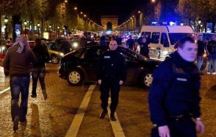 L'agent, qui a été placé sous contrôle judiciaire avec interdiction d'exercer, ce qui le prive de son salaire, a reçu le soutien spontané de centaines de policiers qui ont manifesté mercredi à Bobigny et sur les Champs-Elysées à Paris.