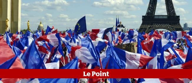 Des partisans de Nicolas Sarkozy réunis entre les deux tours de la campagne présidentielle au Trocadéro, à Paris.