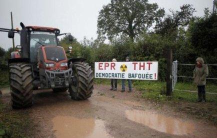 Le juge des référés de Coutances a repoussé jeudi d'une semaine l'examen d'une requête contre RTE, filiale d'EDF, d'une retraitée opposée à la construction sur ses terres de pylônes de la ligne à très haute tension (THT) du futur EPR de Flamanville (Manche), selon le greffe.
