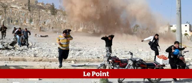 Des populations civiles fuient un bombardement aérien de l'armée syrienne sur la localité d'al-Bab, dans la banlieue d'Alep, le 4 novembre 2012.