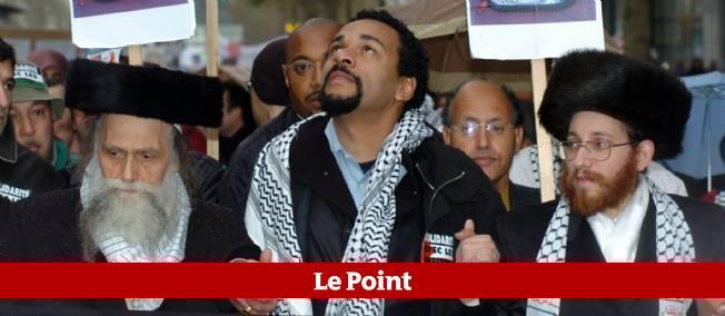 Dieudonné manifestant en compagnie de rabbins antisionistes lors d'un rassemblement contre le mur de séparation entre Israël et les territoires palestiniens, le 13 novembre 2004 à Paris.