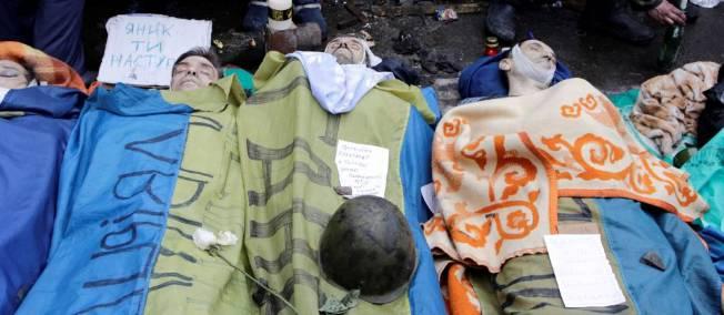 Des manifestants tués à balles réelles, le 20 février, par la police à Kiev.