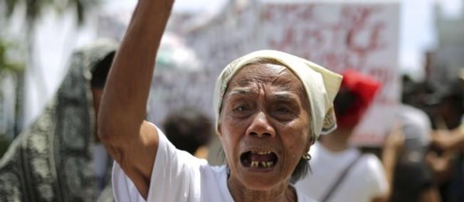 Filipino Narcisa Claveria, qui a été esclave sexuelle pendant la Seconde Guerre mondiale, manifeste devant l'ambassade japonaise de Manille aux Philippines le 25 juin 2014.