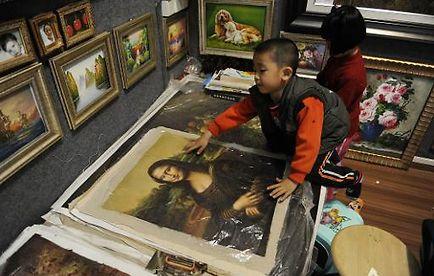 Un enfant joue avec une copie de La Joconde à Shenzhen, le 19 février 2009
