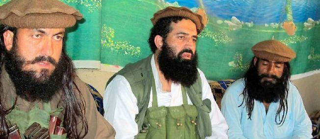 Shahidullah Shahid, l'ancien porte-parole des talibans pakistanais entouré de ses gardes du corps en 2014.