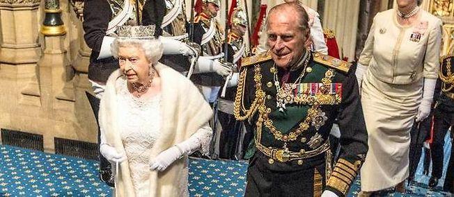 La reine Elizabeth II et le prince Philip lors de leur arrivée au palais de Westminster à l'occasion du discours de la reine, le 27 mai.
