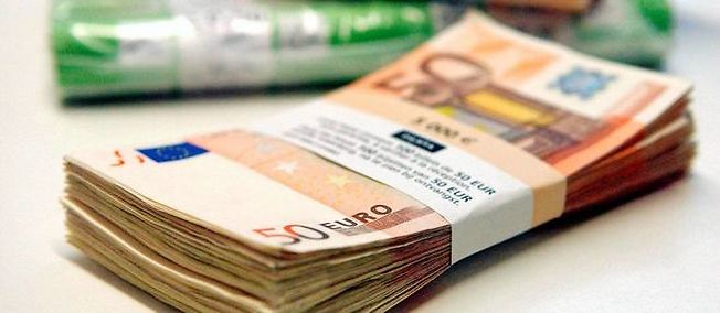Illustration sur les institutions financières, dépôt d'euros, billets et pièces.