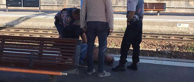 Une photo prise par une passagère du Thalys attaqué vendredi soir, peu après l'arestation du forcené, qui se présente commeAyoub El Kahzzani, un jeune Marocain de 26 ans.