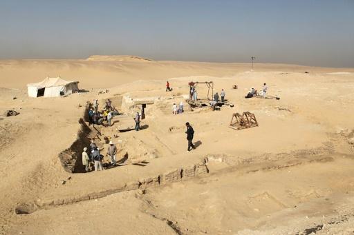 Une photographie, fournie par le ministère égyptien des Antiquités le 1er février 2016, montre le site de fouilles d'archéologues tchèques, dans la nécropole des pyramides d'Abousir, près du Caire © STRINGER AFP
