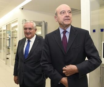 Les ex-Premiers ministres français Jean-Pierre Raffarin (g) et Alain Juppé, le 7 décembre 2015 à Paris