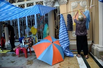 Un Thaïlandais accusé d'avoir volé quelque 4.000 petites culottes et soutiens-gorges féminins sur des fils à linge a été présenté par la police à la presse le 16 mars 2016