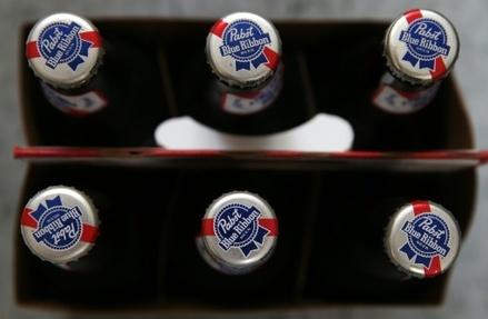 Les anneaux du pack de bière Saltwater (ici un pack normal) entourant les six cannettes sont fabriqués à partir de résidus de la fabrication de bière, comme l'orge ou le blé
