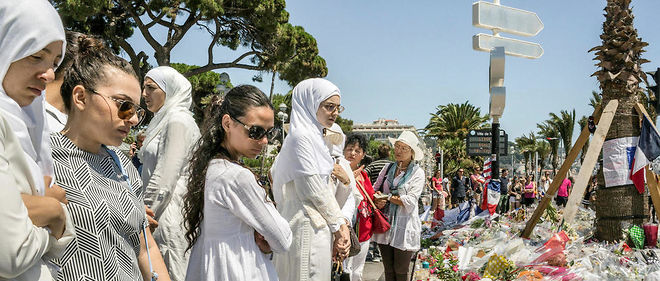 Des musulmanes se recueillent sur la promenade des Anglais après l'attentat de Nice.
