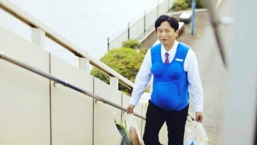 Le gouverneur de Saga, Yoshinori Yamaguchi, portant un faux-ventre de femme enceinte sur une image extraite d'une vidéo diffusée le 3 octobre 2016 par Kyushu-Yamaguchi Work Life Balance Promotion Campaign