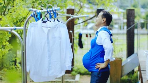 Le gouverneur de Yamaguchi, Tsugumasa Muraoka, portant un faux-ventre de femme enceinte sur une image extraite d'une vidéo diffusée le 3 octobre 2016 par Kyushu-Yamaguchi Work Life Balance Promotion Campaign © STR KYUSHU-YAMAGUCHI WORK LIFE BALANCE PROMOTION CAMPAIGN/AFP