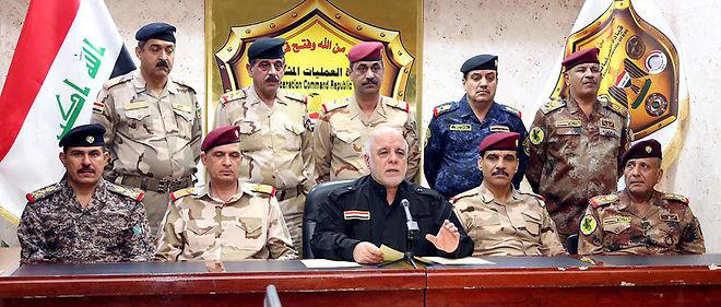 Le 17 octobre, à Bagdad, le Premier ministre irakien Haider al-Abadi (au centre), entouré de ses neuf généraux, annonce l'offensive.