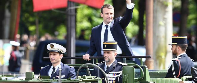 Le nouveau président de la République Emmauel Macron a paradé sur les Champs-Élysées à bord d'une command car de l'armée, dimanche.