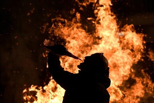 Un villageois se désaltère pendant la fête des Luminarias à San Bartolomé de Pinares, le 16 janvier 2018 © GABRIEL BOUYS AFP
