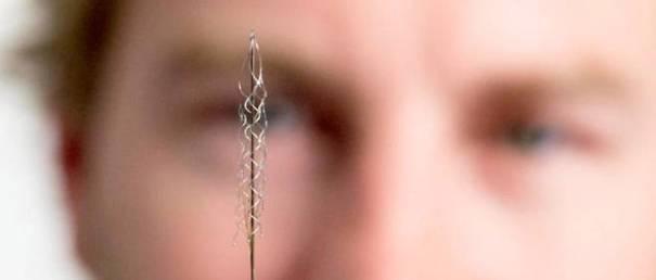 L'implant « Stentrode » et le Dr. Nicholas Opie, un de ses concepteurs australiens.