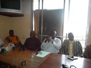 Ousmane Camara (au micro), 1er vice président du Collectif pour la réunification des syndicats des transporteurs de Côte d'Ivoire