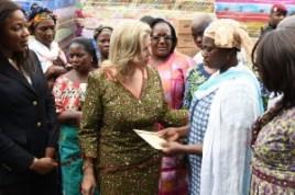 La_Première_Dame,_Dominique_Ouattara_a_échangé_lors_de_  cette  visite avec des membres des familles endeuillées par_les_in