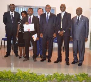 le lauréat de loa Bourse TREMPLIN, posant avec les officiels