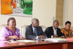 Le Président Koné Sourou (au centre), Mme Koné Awa Touré et des techniciens de la CEI (Ph :Arcives)